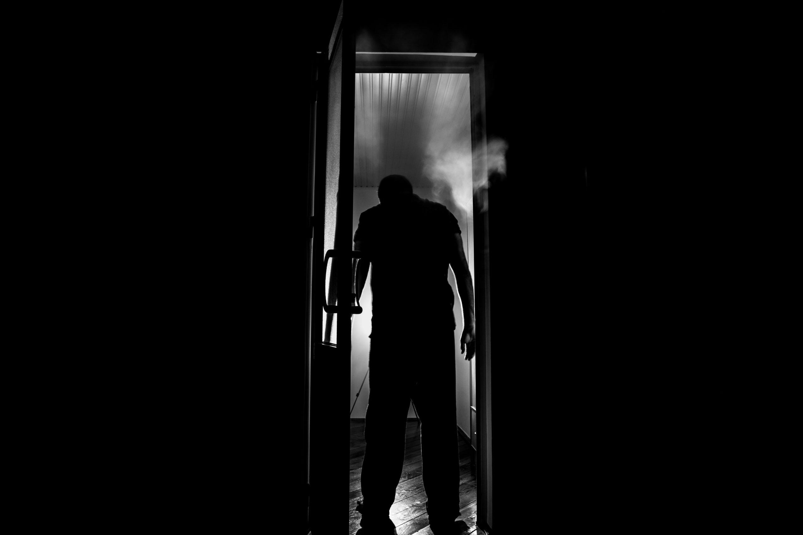 L'ombra sulla porta